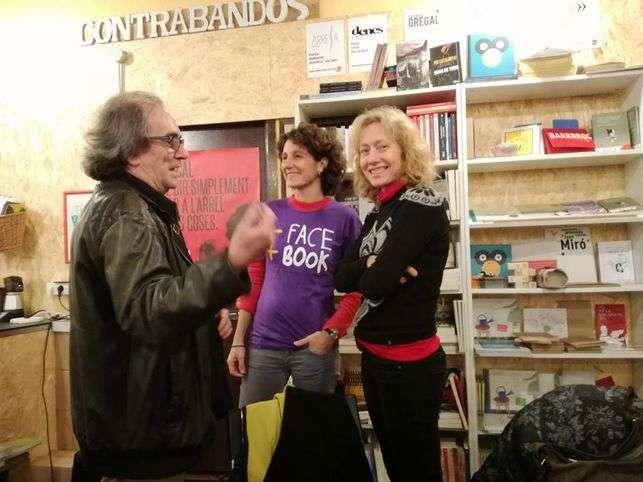 Guiomar Rovira (mira a cámara) antes de la presentación del libro en Barcelona, con Iñaqui García y Marina Garcés.